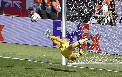 Tình huống cản phá quyết định mang về chiến thắng cho tuyển Anh của Pickford. Ảnh: UEFA.