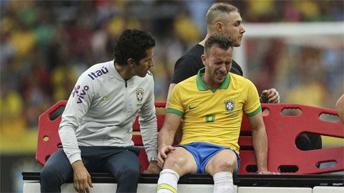 Chấn thương của Arthur là vấn đề duy nhất của Brazil trong trận thắng đậm.