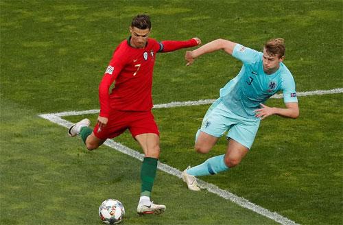 De Ligt bám theo Ronaldo trong một tình huống phòng ngự. Ảnh: Reuters