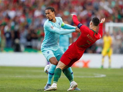 Van Dijk ngăn được Ronaldo, nhưng không thể giúp Hà Lan tránh khỏi thất bại. Ảnh: Reuters