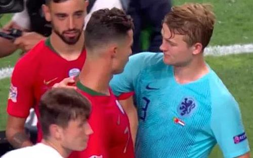 De Ligt (áo xanh) bất ngờ khi nhận được đề nghị của Ronaldo cuối trận đấu. Ảnh: AP.