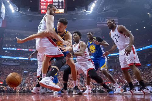 Hai chiến thắng của Warriors (xanh) ở chung kết NBA 2019 đều đến trên sân Raptors. Ảnh:AP.