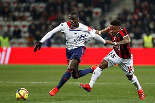 Mendy (trái) trong màu áo Lyon. Ảnh:Reuters.