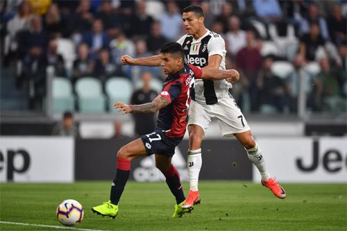 Romero (trái) đối đầu với Ronaldo trong trận Juventus - Genoa mùa vừa qua. Ảnh: Reuters