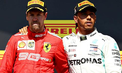 Vettel (trái) đứng trên bục chiến thắng cùng Hamilton. Ảnh: SS.