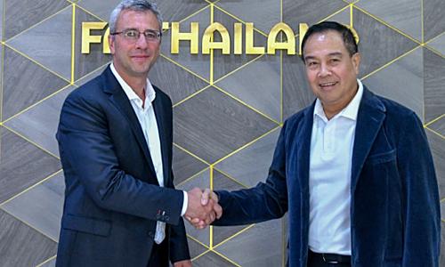 Romagosa (trái) bắt tay với Chủ tịch LĐBĐ Thái LanSomyos Pumpanmuang