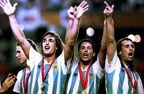 Gabriel Batistuta và Diego Simeone trong đội hình Argentina vô địch Copa America 1993. Ảnh:AFP.