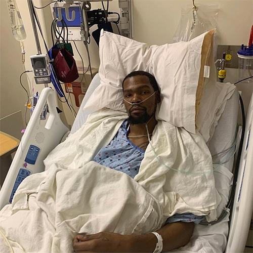 Kevin Durant trên giường bệnh sau ca phẫu thuật thành công. Ảnh: Instagram.