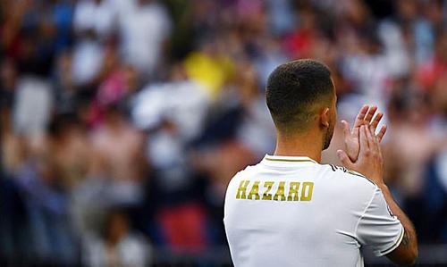 Hazard để trống số áo trong lễ ra mắt tại Bernabeu. Ảnh:AFP.