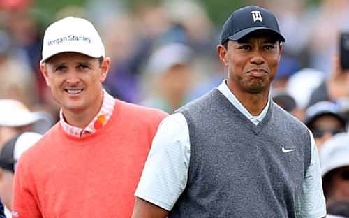 Rose (trái) đánh cùng nhóm với Woods và cân bằng kỷ lục 65 gậy mà đàn anh từng lập tại vòng một US Open 2000. Ảnh:EPA.