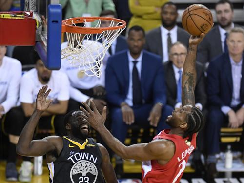 Leonard (đỏ) giành MVP Finals trong màu áo San Antonio Spurs và Toronto Raptors. Ảnh: AP.