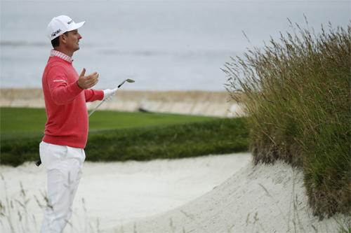 Rose phải đánh bóng từ bẫy cát ở hố 18 nhưng vẫn có birdie. Ảnh: AP.