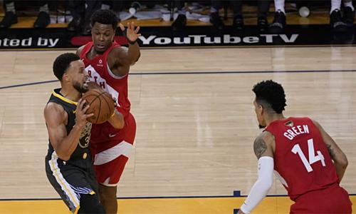 Curry không thể khỏa lấp sự thiếu vắng Durant và Thompson trong thời khắc quyết định. Ảnh: AP.