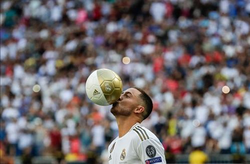 Pha biểu diễn hôn bóng của Hazard trong lễ ra mắt Real. Ảnh:AP.