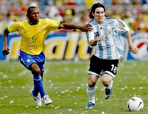 Messi (phải) trong trận gặp Brazil ở chung kết Copa America 2007. Ảnh: AP.