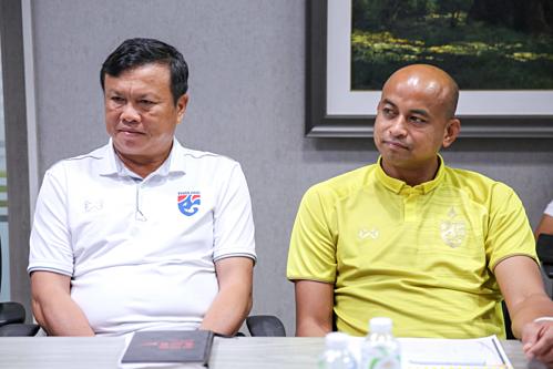 Sirisak (trái)và trợ lý Choketawee đều thôi làm nhiệm vụ ở đội tuyển Thái Lan. Ảnh: FAT.