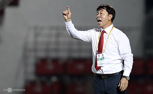 HLV Chung Hae-soung sẽ nhận danh hiệu HLV hay nhất tháng 5 trước khi trận TP HCM - Thanh Hoá diễn ra. Ảnh: Đức Đồng.