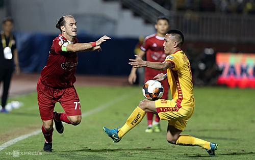 TP HCM (trái) vô địch lượt đi V-League 2019 một cách bất ngờ. Ảnh: Đức Đồng.