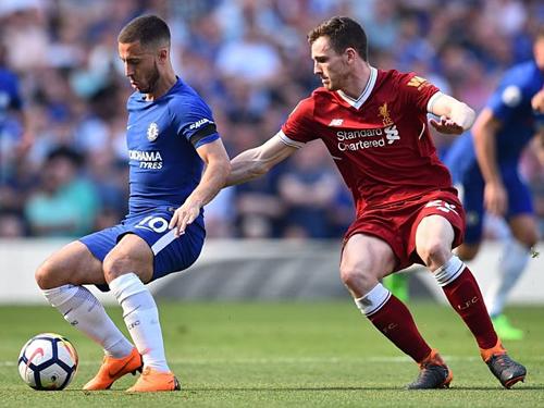 Robertson theo kèm Hazard trong trận đấu giữa Liverpool và Chelsea. Ảnh:AP.