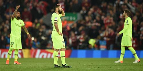 Suarez ôm đầu trong trận thua Liverpool. Ảnh:Reuters.