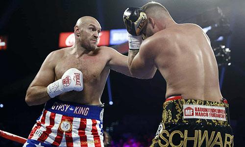 Fury (trái) quá mạnh so với Schwarz. Ảnh: Reuters.