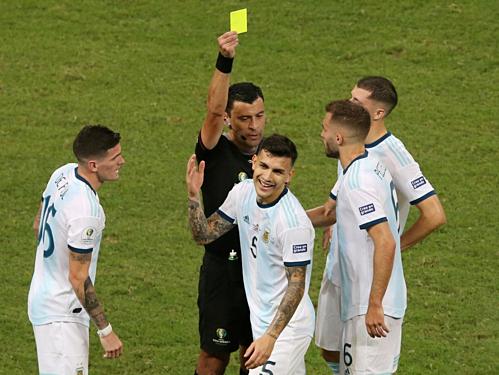 Paredes nhận thẻ vàng trong trận ra quân của Argentina. Ảnh: EFE.