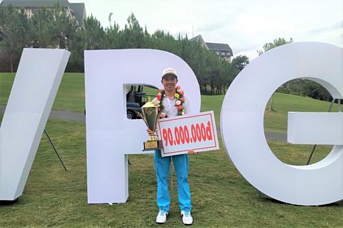 Gia Quân nhận 90 triệu đồng tiền thưởng cho nhà vô địch. Ảnh:VPG Tour.