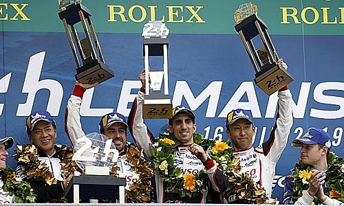 Alonso cùng đồng đội nâng Cup vô địch Le Mans 2019. Ảnh: Motosport.