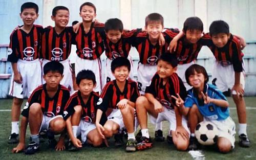 Vương Sương (ngồi bên phải) thi đấu cùng đội bóng đá nam khi còn nhỏ.