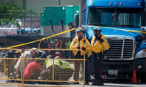 Cảnh sát sơ cứu cho nạn nhân bị thương trong vụ nổ súng. Ảnh: Canadian Press.