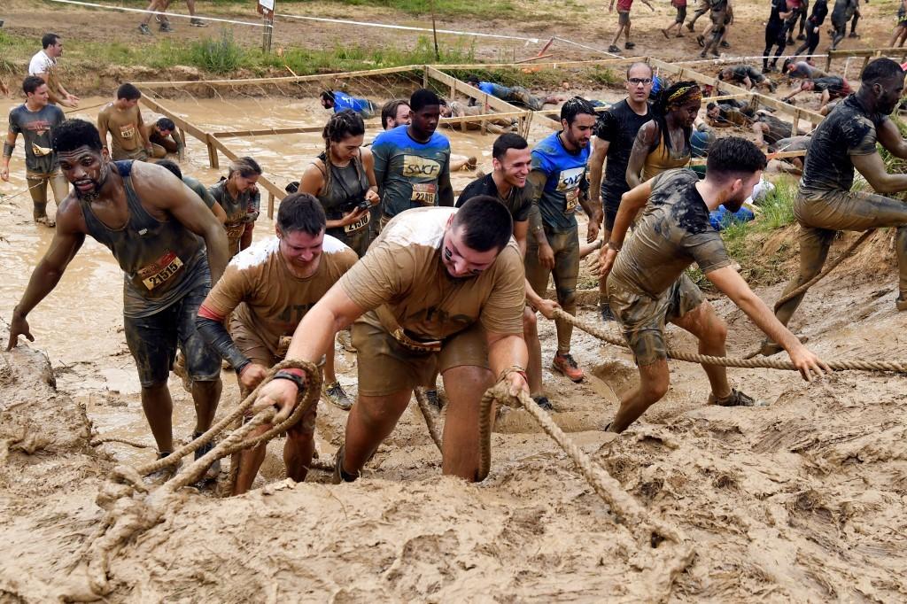 Hơn 15.000 người thi chạy vượt bùn ở Pháp