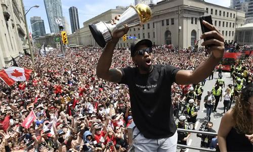 Buổi diễu hành của Raptors thu hút lượng người tham dự nhiều gấp đôi so với lễ mừng chiến thắng của Golden State Warriors năm ngoái. Ảnh: AP.