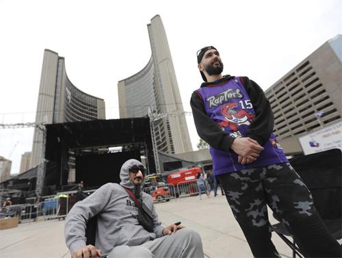 Nhiều người hâm mộ Raptors ngụy trang để tránh bị cấp trên bắt gặpkhi tham gia lễ mừng công của đội nhà. Ảnh: Toronto Stars.