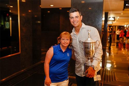 Woodland (phải) mừng chức vô địch US Open 2019 với Amy Bockerstette. Ảnh: GolfDigest.