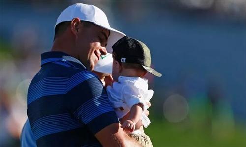 Woodland và con trai Jaxson tại Waste Managent Phoenix Open 2018. Ảnh: Golfweek.