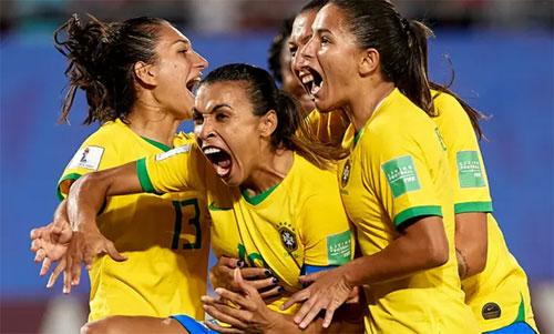 Marta (giữa) chia vui cùng đồng đội sau bàn quyết định. Ảnh: Reuters