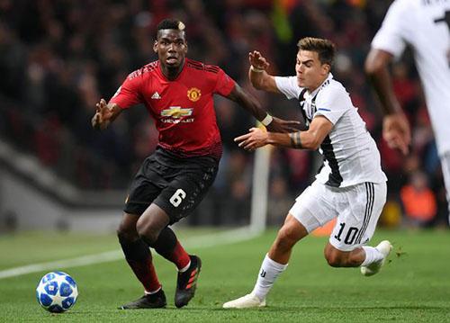 Pogba (trái) trong trận gặp Juventus ở vòng bảng Champions League mùa 2018-2019. Ảnh: PA.