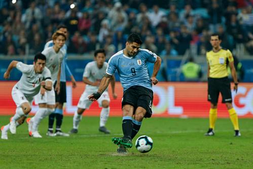 Suarez ghi bàn trên chấm phạt đền nhưng bỏ lỡ nhiều cơ hội. Ảnh:AFP.