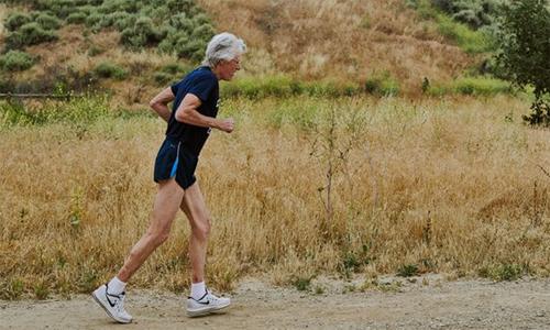 Sutherland vẫn miệt mài chạy bất chấp gánh nặng tuổi tác.