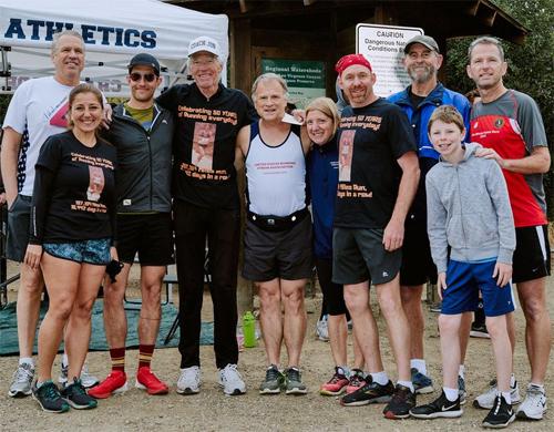 Jon Sutherland (thứ tư từ trái sang) được các bạn chạy chia vui sau khi thiết lập kỷ lục chạy liên tục trong 50 năm liền. Ảnh: RunnersWorld.