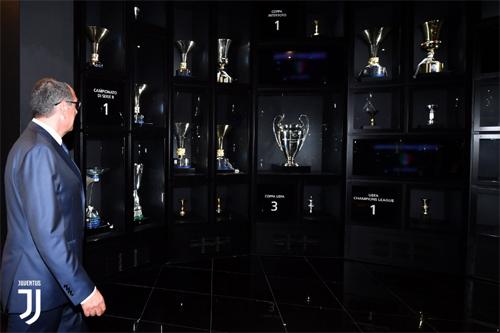 Sarri thăm phòng truyền thống của Juventus sau lễ ký hợp đồng.