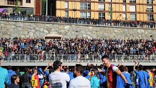 Đám đông khán giả có mặt bên ngoài sân ngày Andorra giành quyền thăng hạng. Ảnh:FC Andorra.