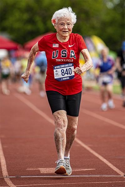 Cụ Hawkins trên đường chạy 50m, nơi cụ lập kỷ lục nhóm tuổi trên 100. Ảnh: AP.