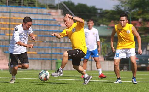 HLV Park Hang-seo ra sân thi đấu cùng các phóng viên thể thao Hà Nội ngày 21/6.