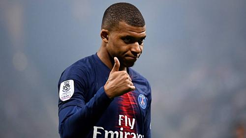 Mbappe dành được sự chào đón từ phòng thay đồ của Real. Ảnh:AFP.