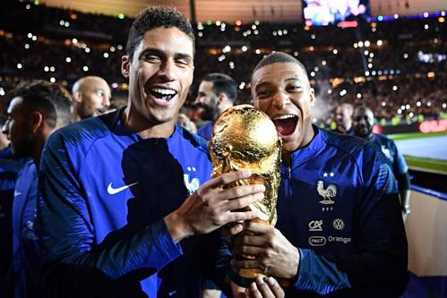 Varane (trái) và Mbappe là hai trụ cột giúp Pháp vô địch World Cup 2018. Ảnh:AFP.