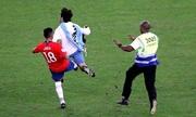 Tuyển thủ Chile đá ngã CĐV chạy vào sân
