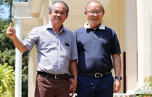Bầu Đức nắm tay dẫn HLV Park Hang-seo đi thăm nơi nghỉ dưỡng của ông ở đại bản doanh CLB HAGL đầu năm 2019. Ảnh: Đức Đồng.
