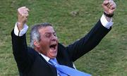 HLV Uruguay bỏ nạng để chạy mừng bàn thắng
