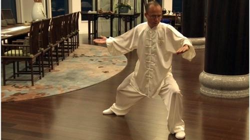 Quách Quảng Xương, người giàu thứ 12 ở Trung Quốc, biểu diễn Thái Cực quyền trước khi dùng bữa cùng quan khách.